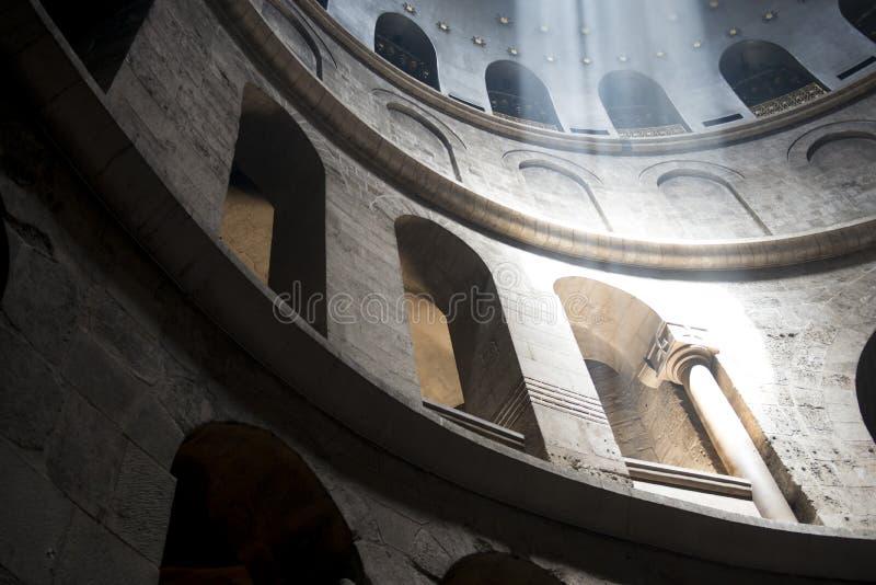 落在专栏的光在教会里 免版税库存图片