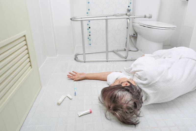 落在卫生间里的年长妇女 库存图片