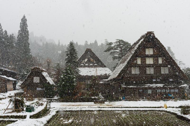 落在古老房子的雪在岐阜,日本白川町去村庄 库存图片
