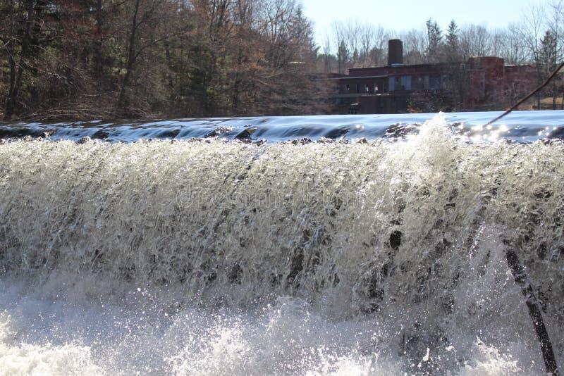 落在磨房水坝的水 库存照片