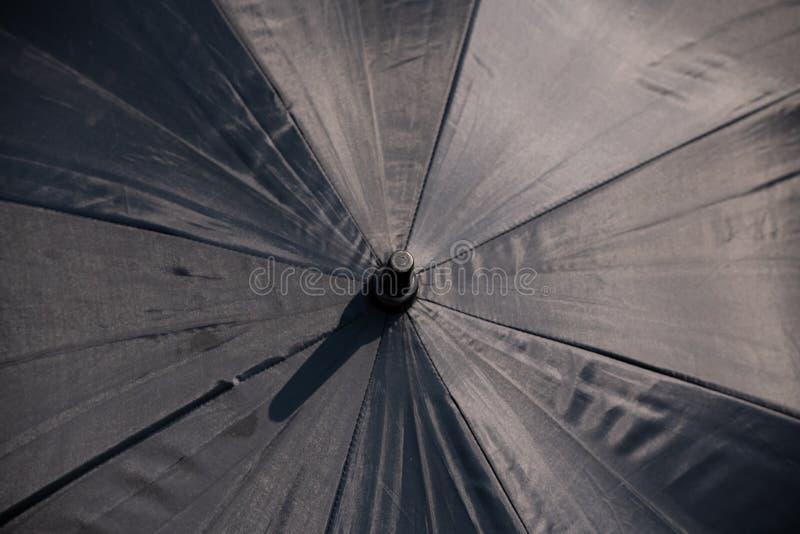 落在黑伞的雨珠户外 免版税库存图片