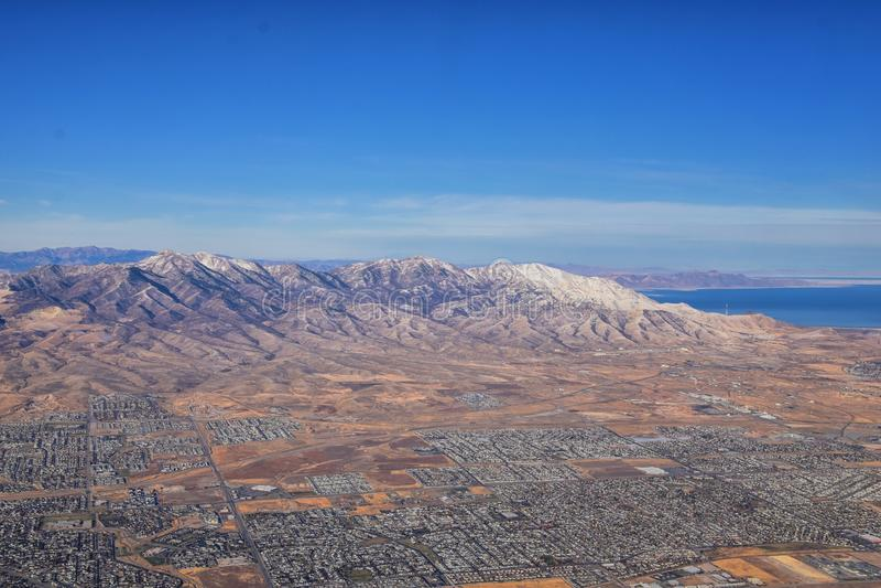 落基山脉、奥奎罗山脉从空中俯瞰,瓦萨奇前岩从飞机上望去 南约旦、西谷、麦格纳和赫里曼 库存照片