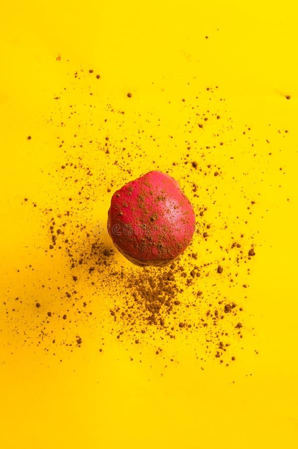 落或飞行在行动的色的上釉圆环反对与巧克力纹理的黄色淡色背景 食物的概念 库存图片