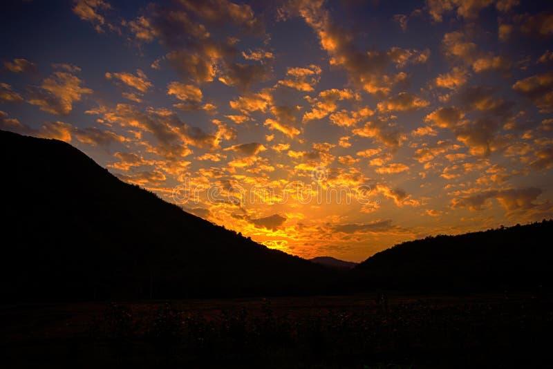 落日和火焰状云彩 库存照片