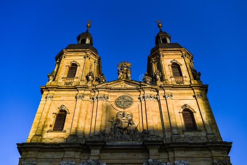落日照亮的教会的门面在Niemchech,巴伐利亚 库存照片