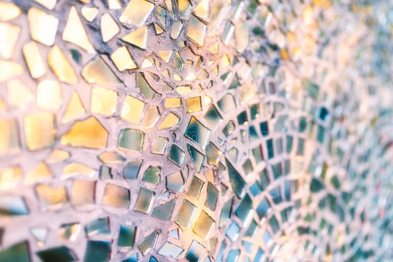 落日的反射在玻璃马赛克-抽象背景镜子片断的-浅景深 免版税库存图片