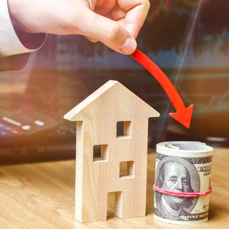 落的不动产市场的概念 减少的兴趣在抵押上 在物产价格和公寓的一种衰落 ? 免版税库存图片