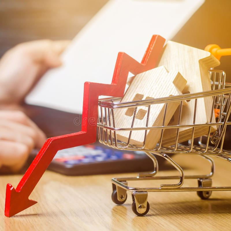 落的不动产市场的概念 减少的兴趣在抵押上 在物产价格和公寓的一种衰落 ? 库存照片
