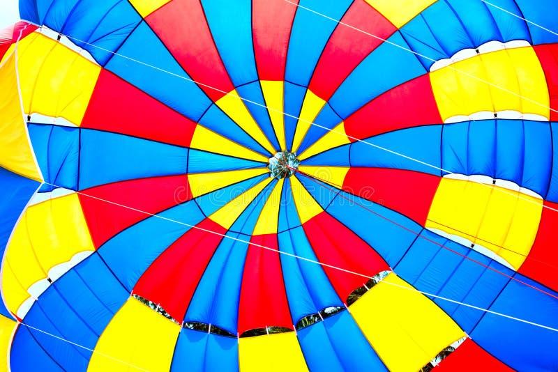 落的开放颜色降伞明亮的背景 免版税库存图片