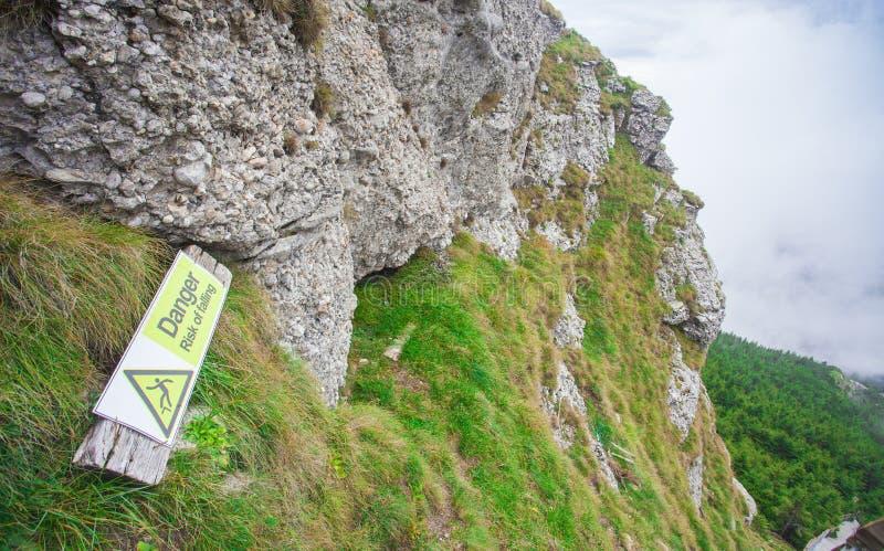 落的标志的危险风险在山的 库存照片