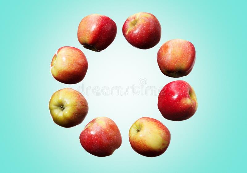 落的红色和黄色苹果圈子在天空中在深蓝背景 免版税图库摄影