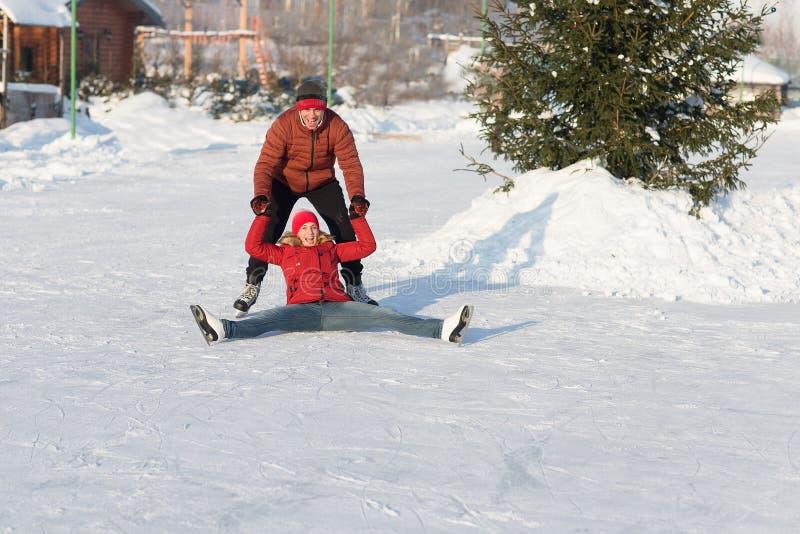 落的滑冰的溜冰场在冬天 免版税库存照片