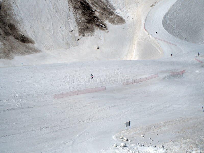 落矶山滑雪场高尔基gorod 在轨道的挡雪板乘驾 俄罗斯索契05 11 2019? 库存照片