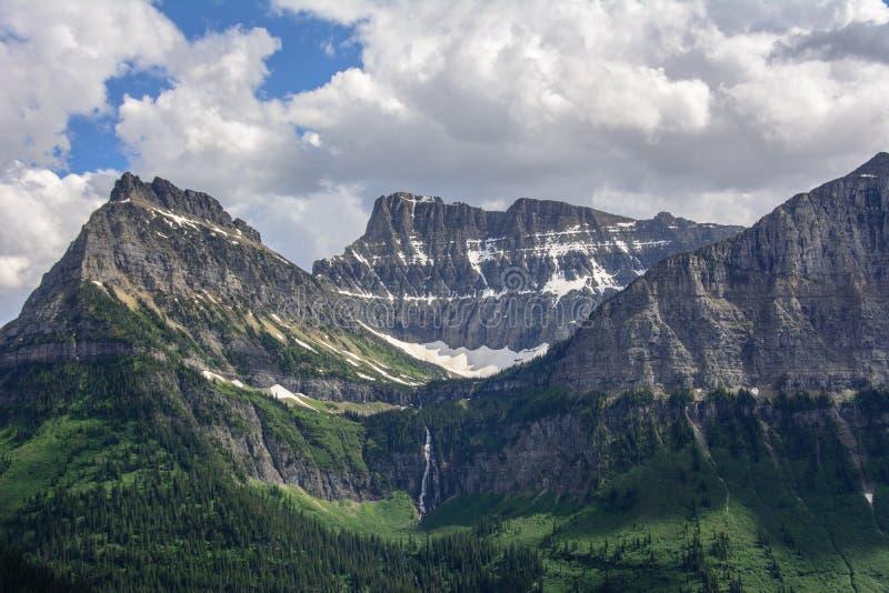 落矶山脉在冰川国家公园,蒙大拿美国 奥伯林山和大炮山 免版税库存照片