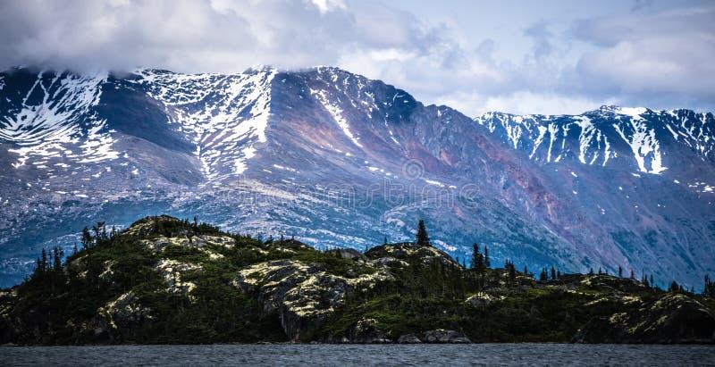 落矶山脉在阿拉斯加不列颠哥伦比亚省边界的自然场面 免版税库存照片