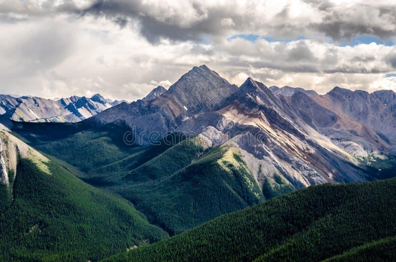 落矶山脉风景看法排列,亚伯大,加拿大 库存图片