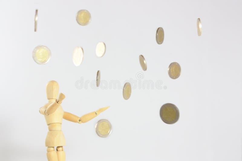 落从天空的硬币 免版税库存图片