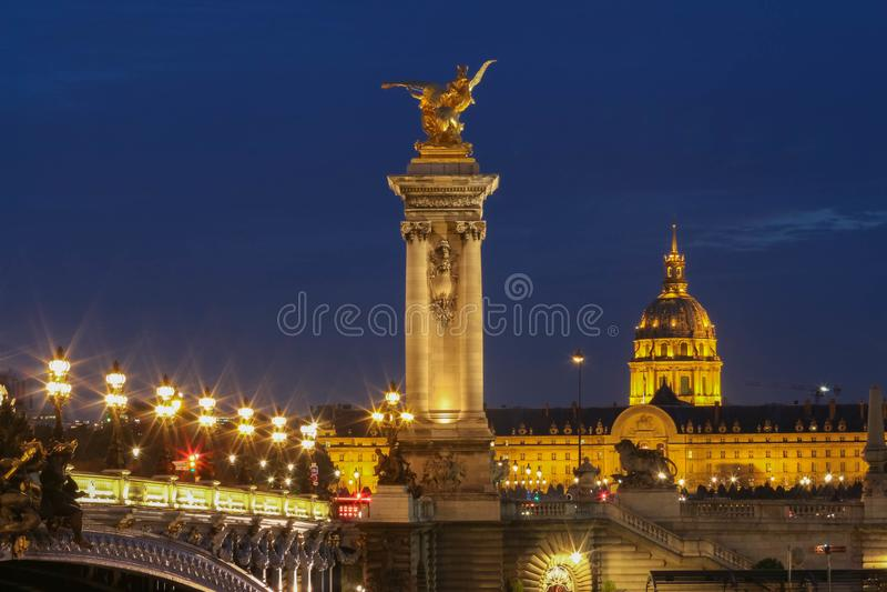 著名亚历山大III桥梁在晚上,巴黎 免版税库存图片
