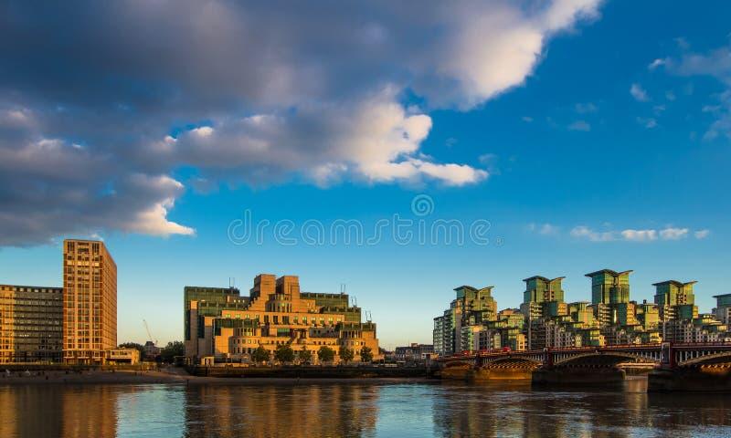 著名伦敦MI6和Vauxhall桥梁英国 库存照片