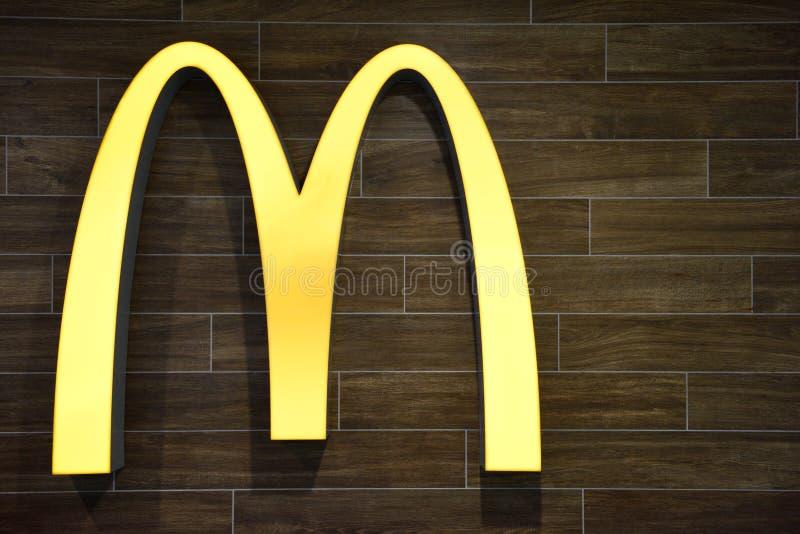著名偶象麦克唐纳黄金双拱公司商标 免版税库存图片