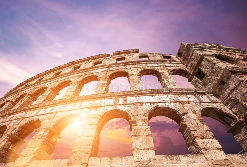 著名克罗地亚与日落sk的城市普拉老圆形剧场曲拱 免版税库存照片