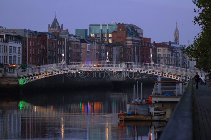 著名半便士铜币桥梁在都伯林,爱尔兰 免版税库存图片