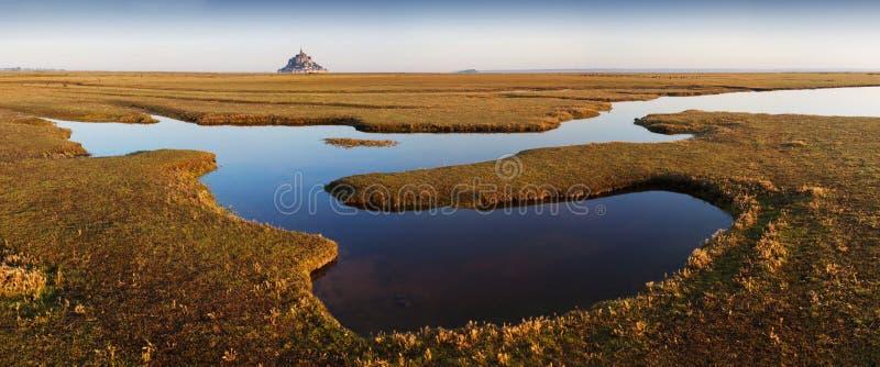 著名历史的勒蒙圣米舍潮汐海岛全景在与天空蔚蓝和云彩的一好日子在夏天,诺曼底 免版税库存图片