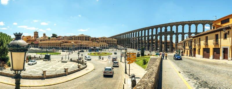 著名古老渡槽的全景在塞戈维亚,西班牙 免版税库存图片