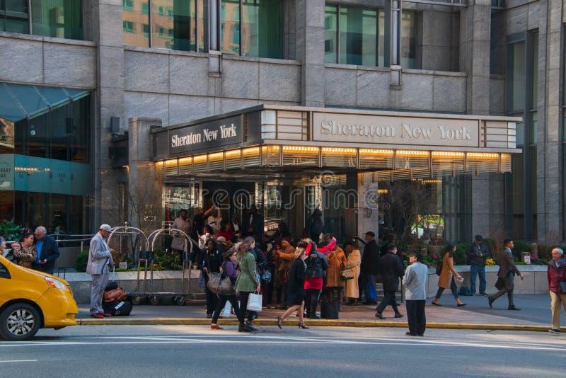 著名喜来登纽约旅馆的正门有游人人群的前面的在步和边路 库存图片