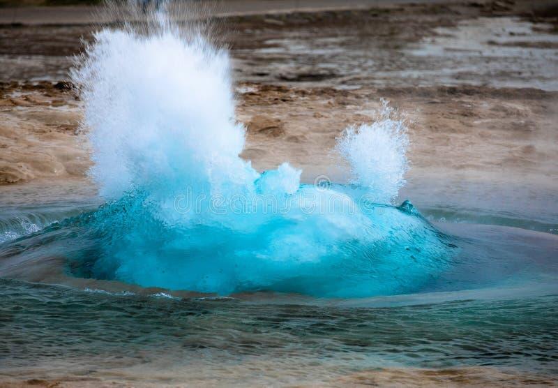 著名喷泉Strokkur爆发在Geysir地区,冰岛 图库摄影