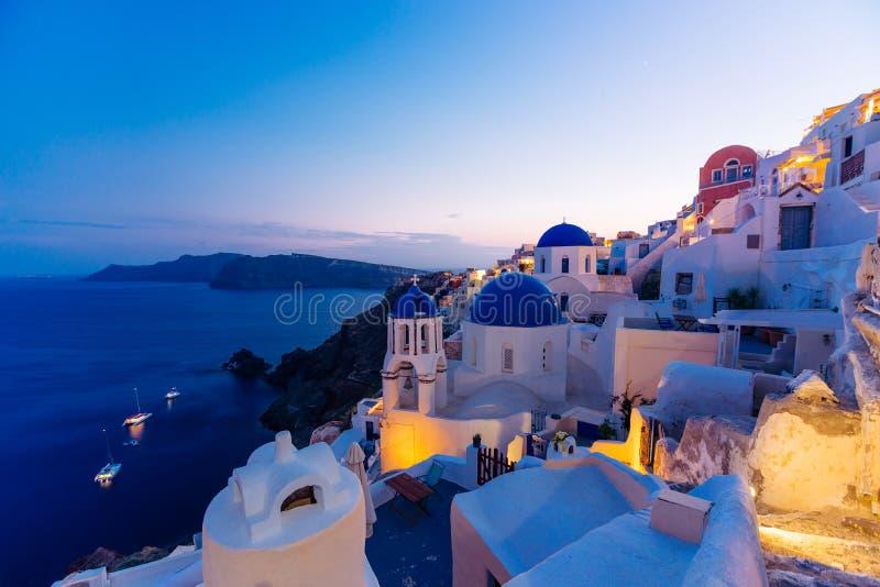 著名圣托里尼蓝色圆顶教会在晚上, Oia,圣托里尼,希腊 免版税库存图片