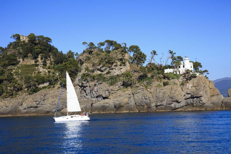 著名圣Fruttuoso海湾视图,赫诺瓦,利古里亚,意大利,在菲诺港whith附近的EuropeThe海灯塔视图,赫诺瓦,利古里亚 免版税库存照片