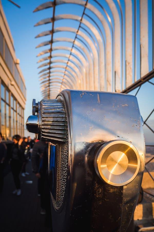 著名在一个摩天大楼的屋顶的孪生长远看法旅行风景在日落期间的 图库摄影
