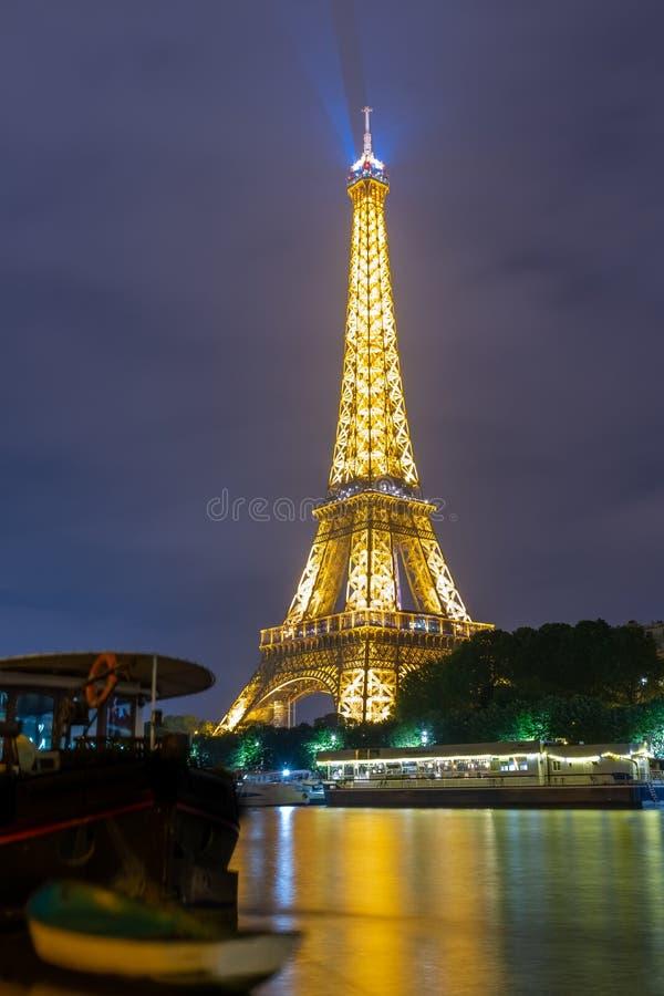 著名埃菲尔铁塔和塞纳河有五颜六色的反射的在晚上,巴黎,法国 库存照片