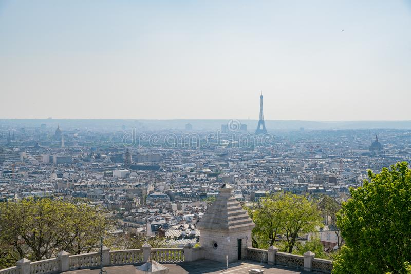著名埃菲尔铁塔和街市citypscape的下午鸟瞰图 免版税库存照片