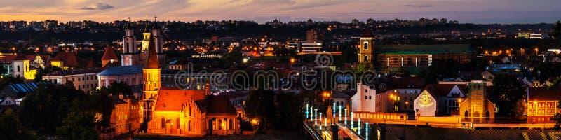 著名城市考纳斯,日落的立陶宛鸟瞰图  被停泊的晚上端口船视图 免版税库存图片