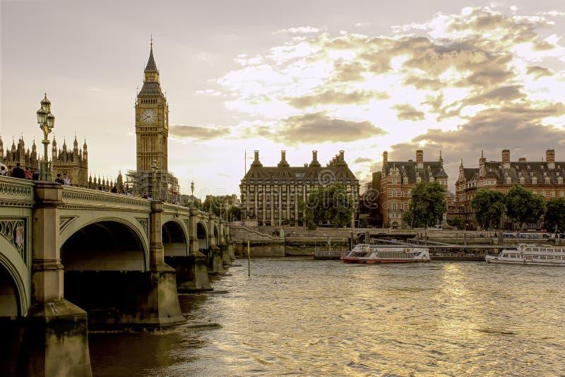 著名塔时钟大本钟在伦敦,英国,在日落期间劈裂 库存图片