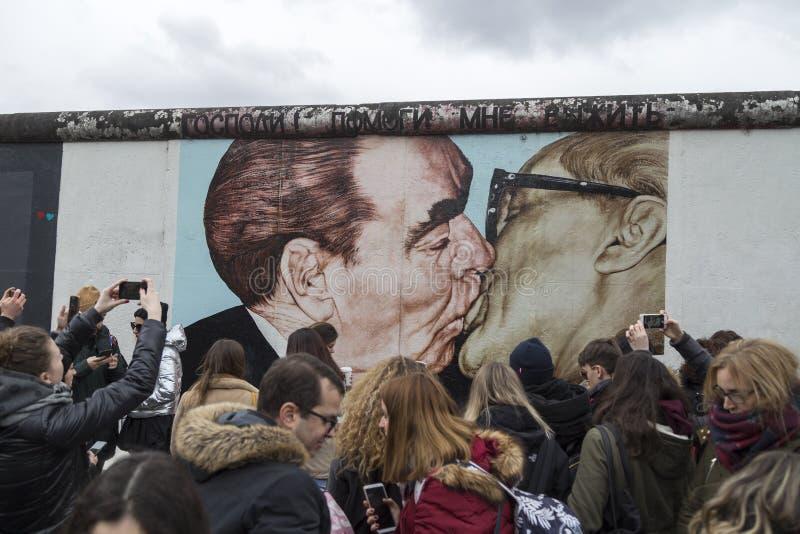 著名壁画和人东边画廊的在柏林 免版税图库摄影