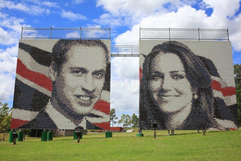 在砖墙上的Kate王子威廉和 免版税库存图片