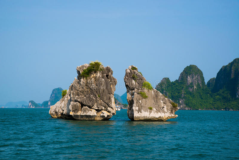 著名岩石夫妇在下龙湾,越南 免版税图库摄影