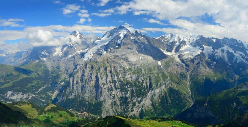 著名峰顶的全景视图:艾格峰、Monch和少女峰  免版税库存照片