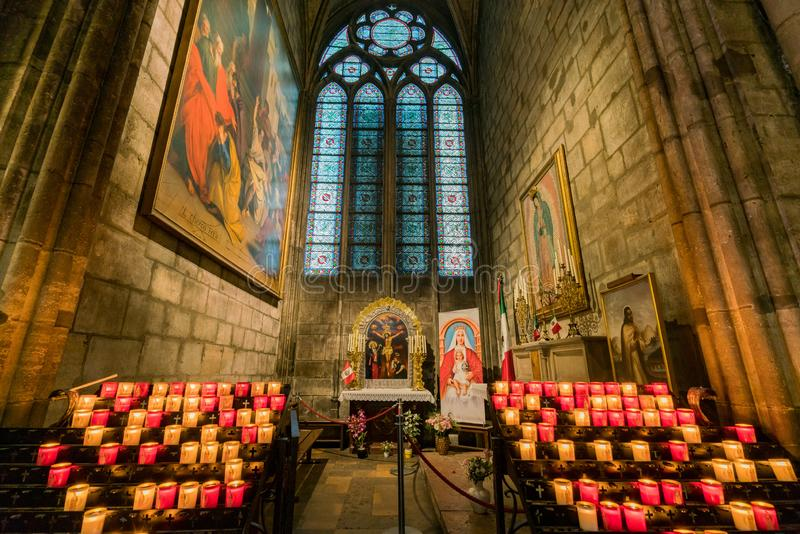 著名巴黎圣母院的内部看法 免版税库存图片