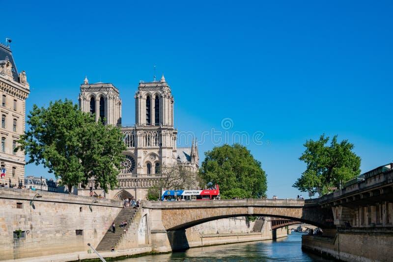 著名巴黎圣母院的外视图有在底下游览车的通过rivier 库存照片