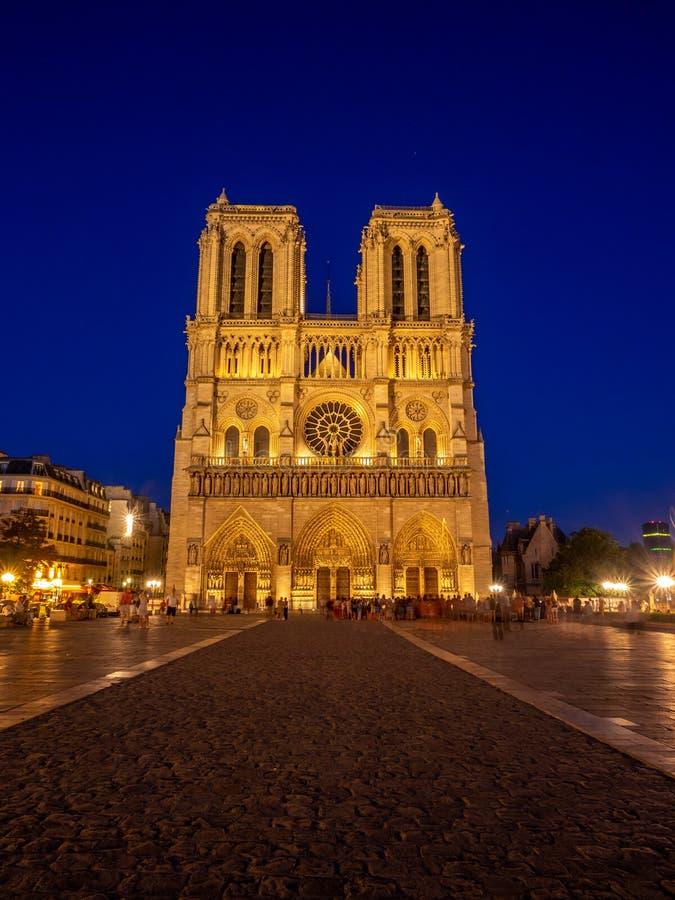 著名巴黎圣母院的看法在晚上 免版税库存图片