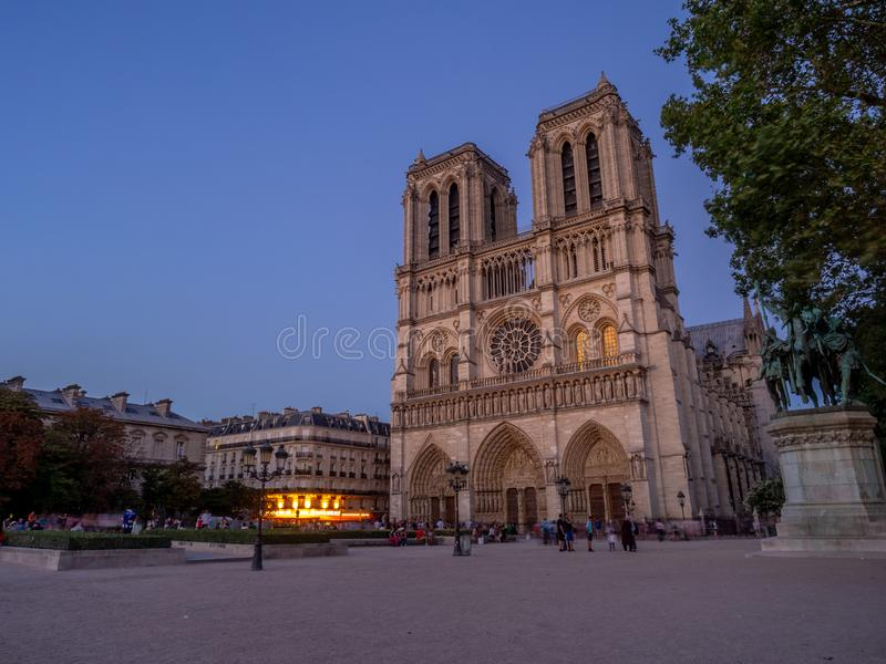 著名巴黎圣母院的看法在晚上 库存照片