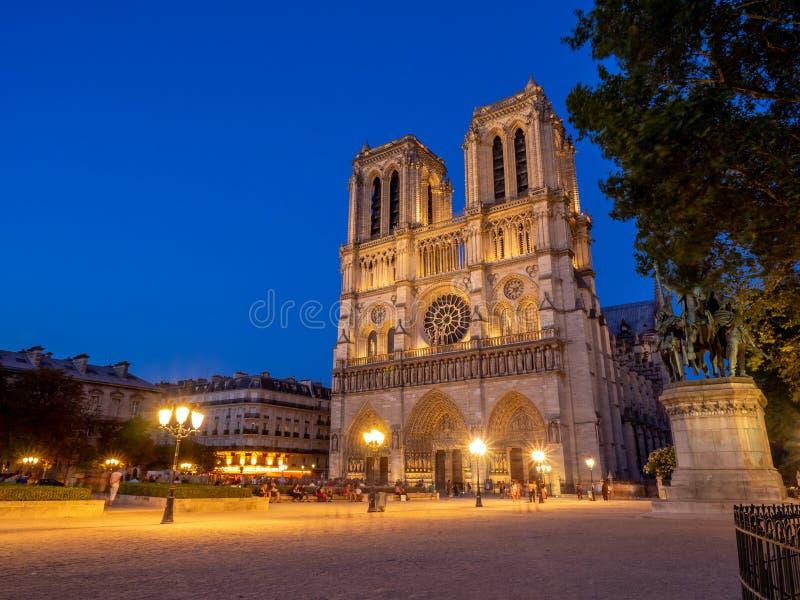 著名巴黎圣母院的看法在晚上 免版税库存照片