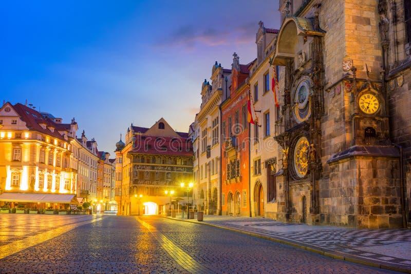 著名布拉格老城市的时钟Orloj和中心在晚上 免版税库存图片