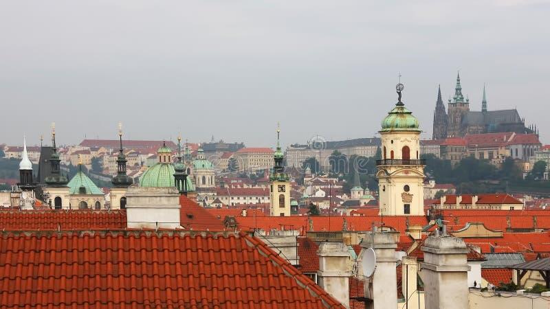 著名布拉格老镇都市风景看法与美好的建筑学的 免版税库存照片