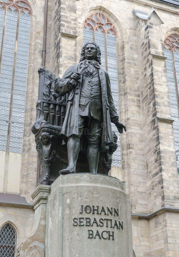 著名德国作曲家约翰・塞巴斯蒂安・巴赫的纪念碑反对圣托马斯教会Thomaskirche的在莱比锡,德国 免版税库存照片