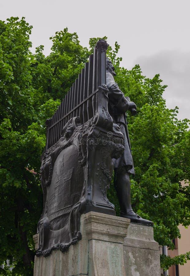 著名德国作曲家约翰・塞巴斯蒂安・巴赫的纪念碑在圣托马斯教会Thomaskirche附近的在莱比锡,德国 从后面的看法 免版税库存照片